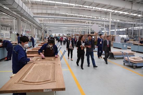 数百位来自全国各地的经销商参观索菲亚华鹤门业工厂