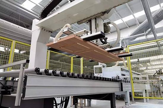索菲亚华鹤门业工厂自动上料机